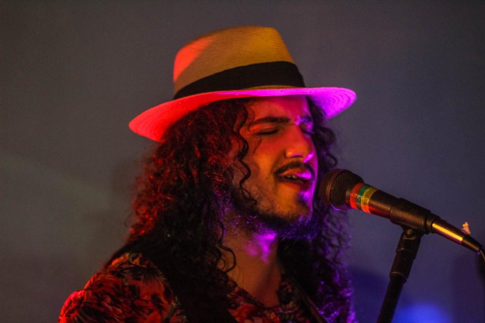 "Renato Schettini, vocalista do ""Cravinho dengoso"". Foto: Lari Carinhanha"