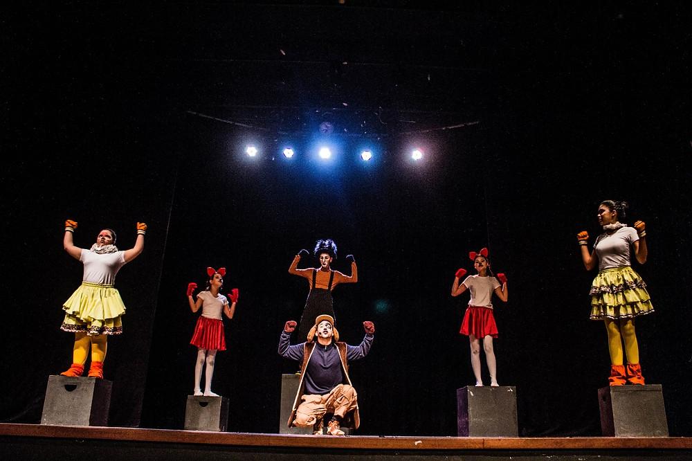 """Espetáculo """"Os Saltimbancos"""", pela turma Juvenil de Teatro. Espetáculo dirigido por Isac Flores. Foto:Vale Assessoria."""