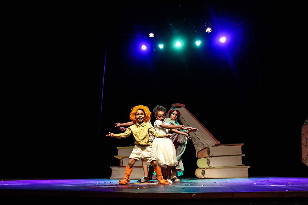 """Espetáculo """"A cidade dos livros"""", pela turma Infantil de Teatro. Direção: Yarle Ramalho. Assistente: Álvaro Souza. Foto:Vale Assessoria."""