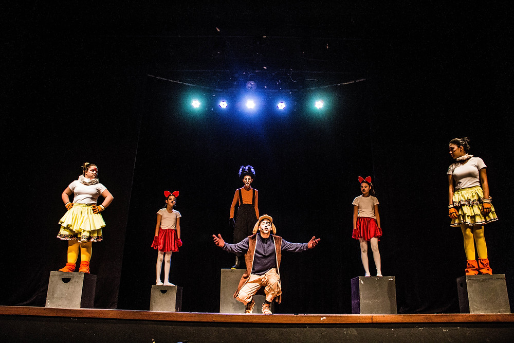 """""""Os Saltimbancos"""", pela turma Juvenil de Teatro. Direção por Isac Flores."""