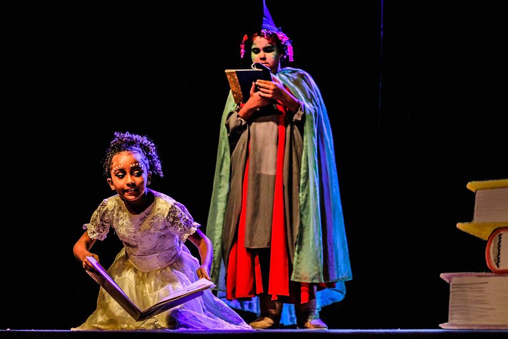 """Espetáculo """"A cidade dos livros"""", pela turma Infantil de Teatro. Direção por Yarle Ramalho, assistência de Álvaro Souza"""