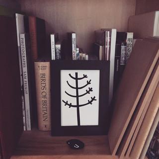 本棚に飾る絵