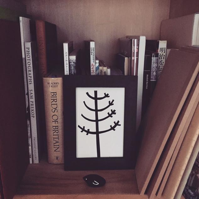 本棚に飾る小さな絵