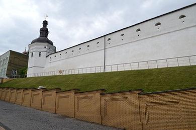 Годинникова башта та оборонний мур возведенніза кошт Гетьмана Мазепи
