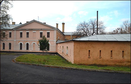 Південний фасад будівлі госпіталю з горжевою оборонною стіною