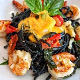 Linguini negro com camarão