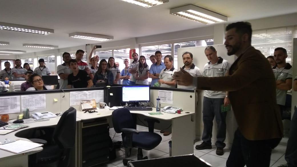 Mágica personalizada para empresas com o Nicolas Junqueira