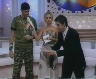 O Neuromágico se apresentando pata o Cantor Latino e a apresentadora Eliana