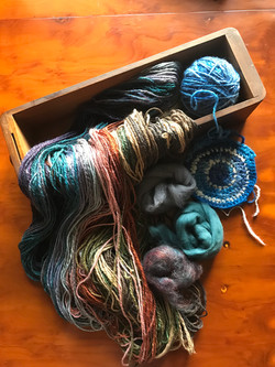 Fixed fibres spun as colour changed yarn