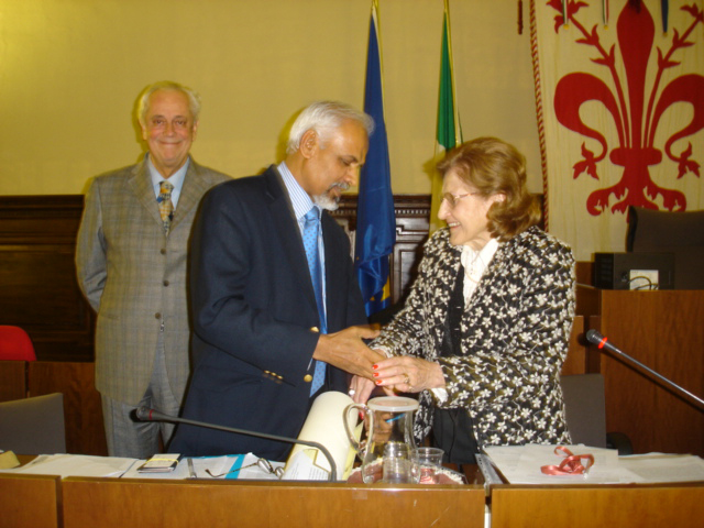 K.R. Sreenivasan receives UNESCO Prize from Marialuisa Stringa, President of the UNESCO Centre. [In