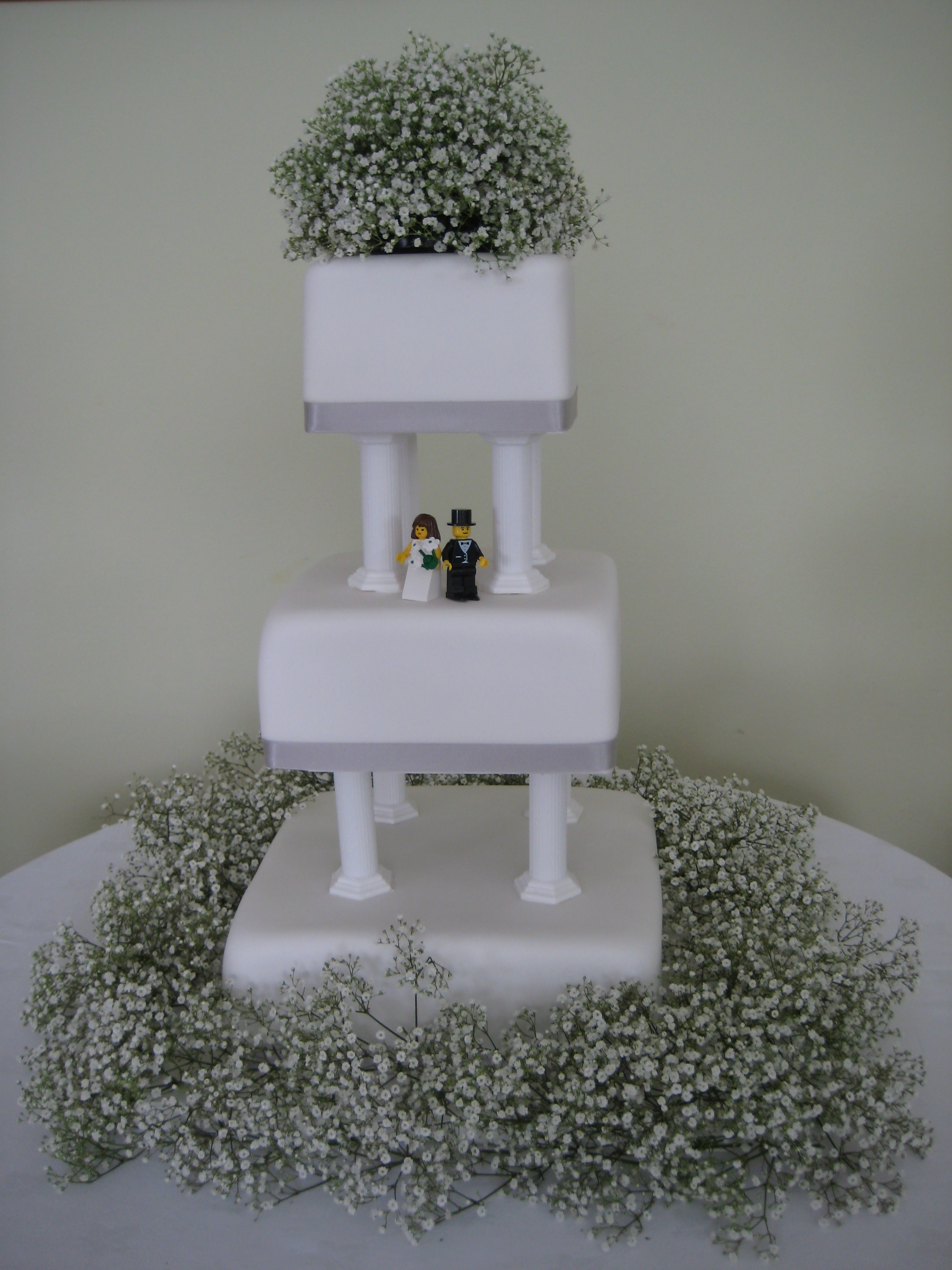 Cake decorated with Gypsophelia