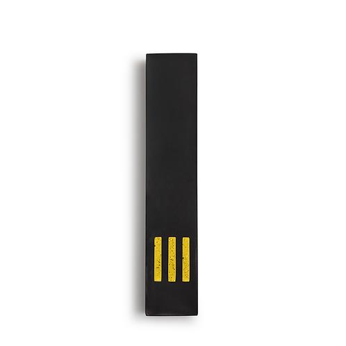 מזוזה שחורה צרה | ש' צהובה במרכז