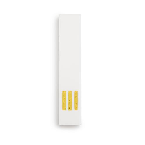 מזוזה לבנה צרה   ש' צהובה במרכז
