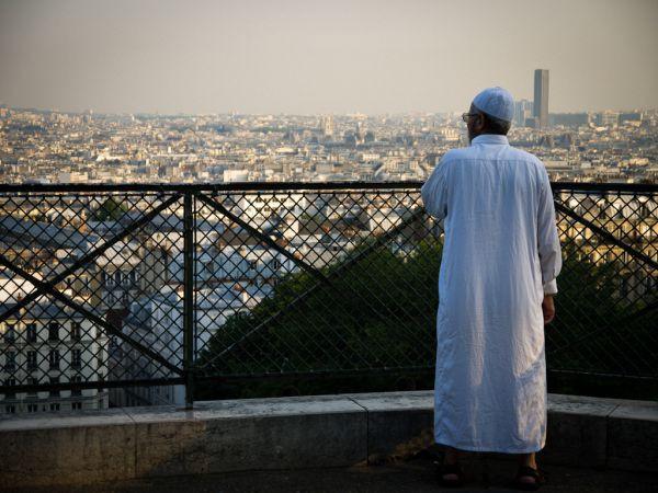 Un uomo in abiti islamici a Montmartre (foto Francisco Osorio via Flickr)