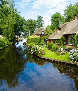 Landscape-view-of-famous-Giethoorn-villa