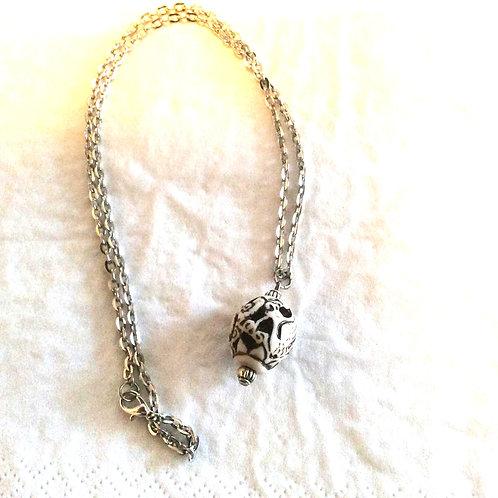 Halskæde med udskåret ben perle. 48 cm lang