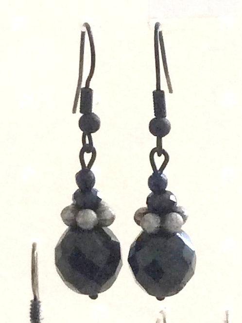 Ørehængere i Black steel med glas fazet perler
