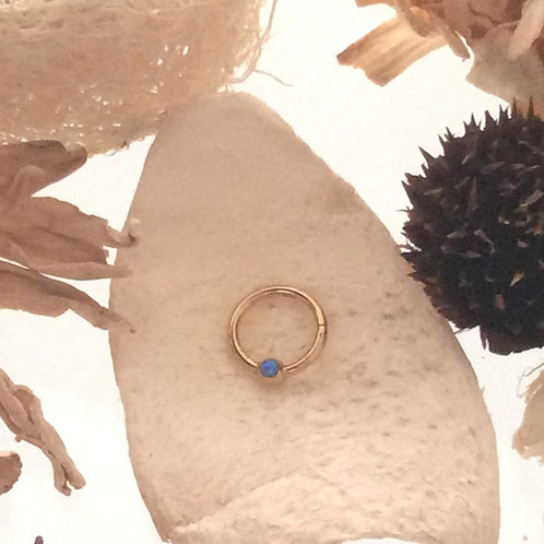 Clicker, guldbelagt med opalite, 1,2 mm. tykkelse , 8 mm dia.