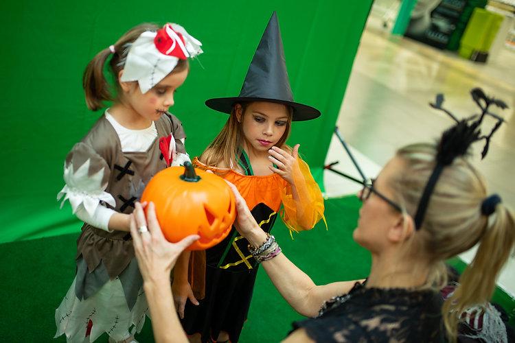 Photobooth extra - Jongen en meisje zijn helemaal verkleed voor Halloween en poseren voor de green screen photobooth in Ring Shopping in Kortrijk