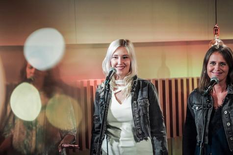 Kelly, Ine en Kim van Top Pops in de studio van Radio2 Limburg.
