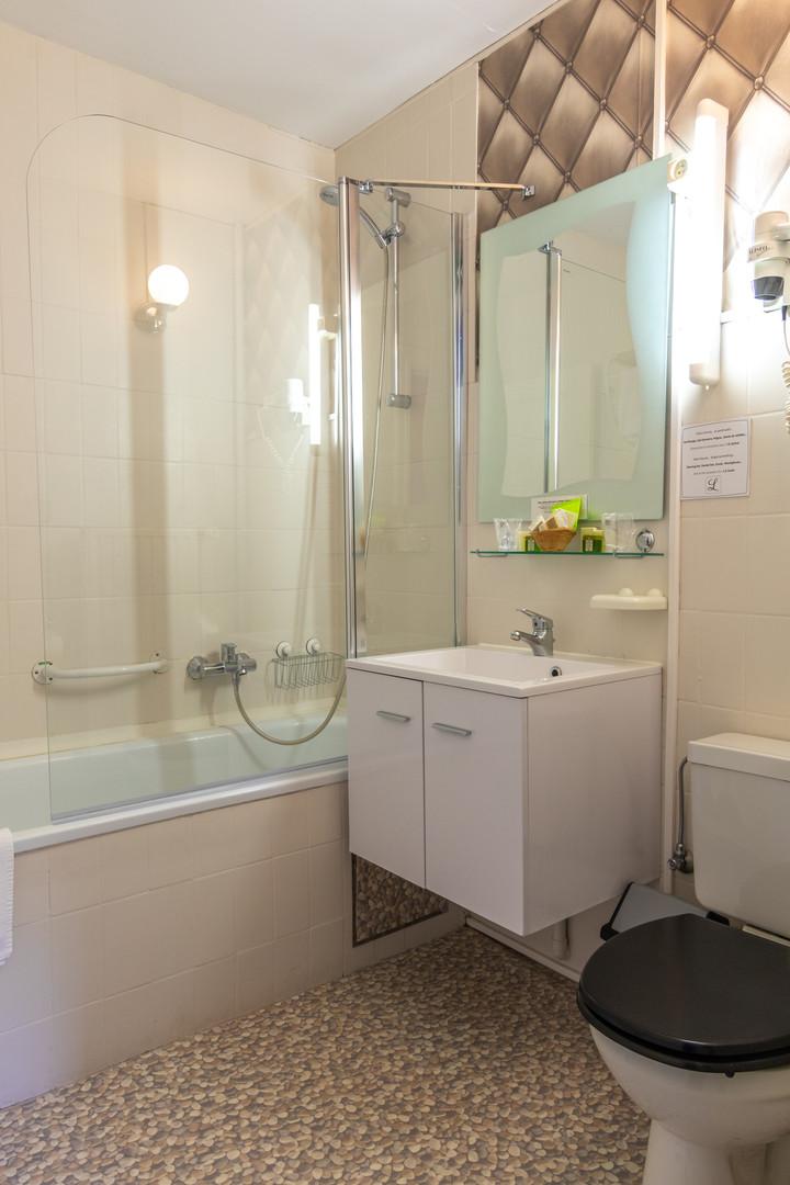 Badkamer met douche en ligbad bij Hostellerie Beau Site in Trois-Ponts