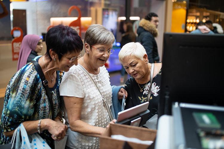 Photobooth achtergronden - Drie lachende vrouwen wachten op de foto van de green screen photobooth