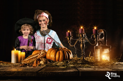 Twee kinderen tijdens Halloween voor de green screen photobooth