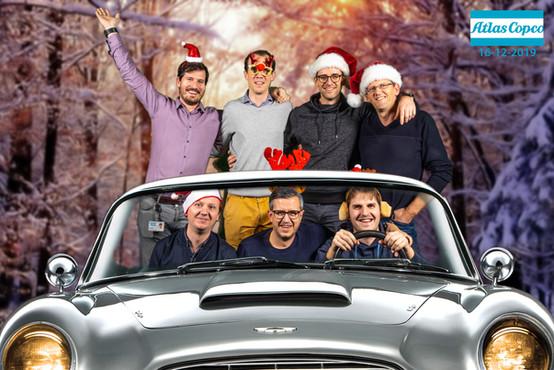 Groep mannen rijdt met de auto in het bos voor de green screen photobooth