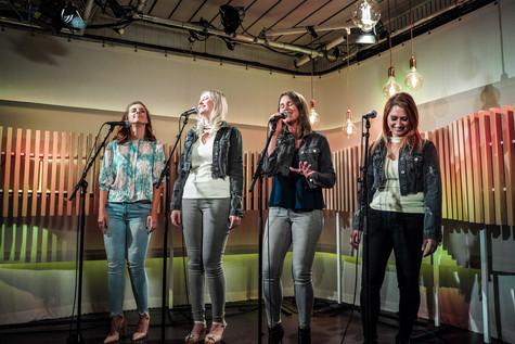 Kelly, Ine, Kim en Teresa van Top Pops in de studio van Radio2 Limburg.
