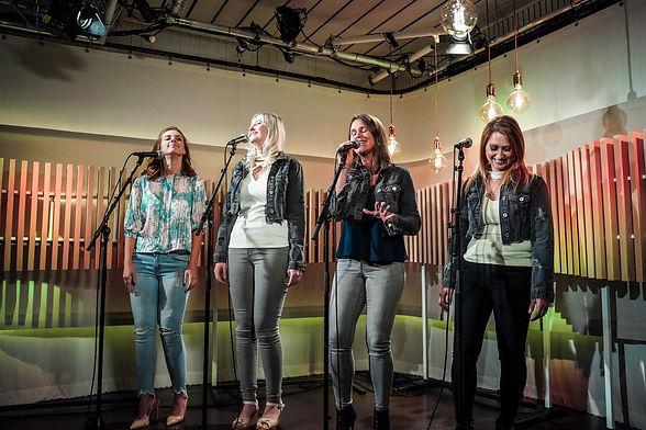 Kelly, Ine, Kim en Teresa van de Vlaamse meidengroep Top Pops in de studio van Radio2 Limburg.