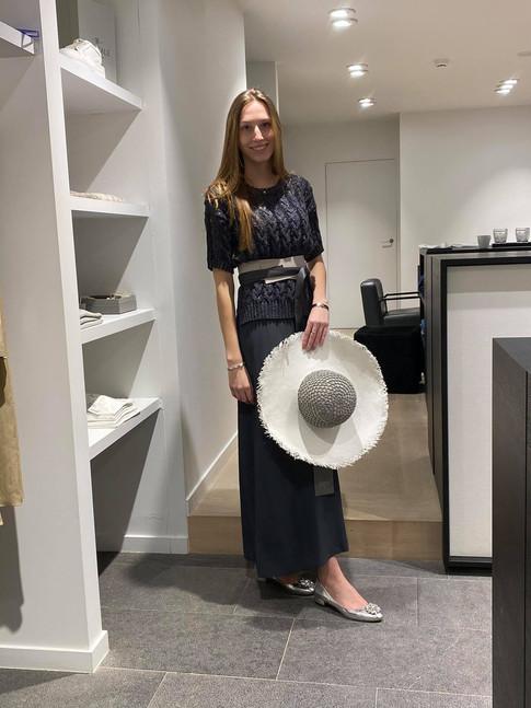 designermode lente en zomer 2021 donkerblauwe lange rok met bijpassend shirt