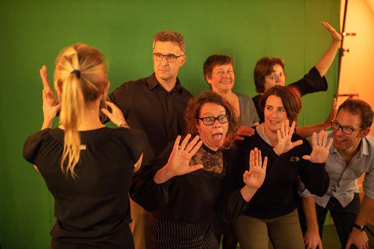 Photobooth huren Limburg - Mannen en vrouwen nemen gekke poses voor de green screen photobooth