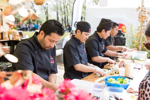 Sushichefs van Esaki sushi aan het werk op het sushifestival in de Japanse Tuin in Hasselt