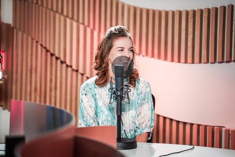 Kelly van Top Pops in de studio van Radio2 Limburg.