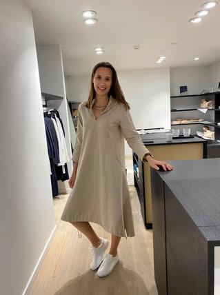 designermode lente en zomer 2021 zandkleurige lange jurk