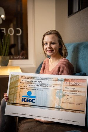 Kaat Swartebroeckx van Dreamcatchers for Golden Warriors ontvangt de cheque