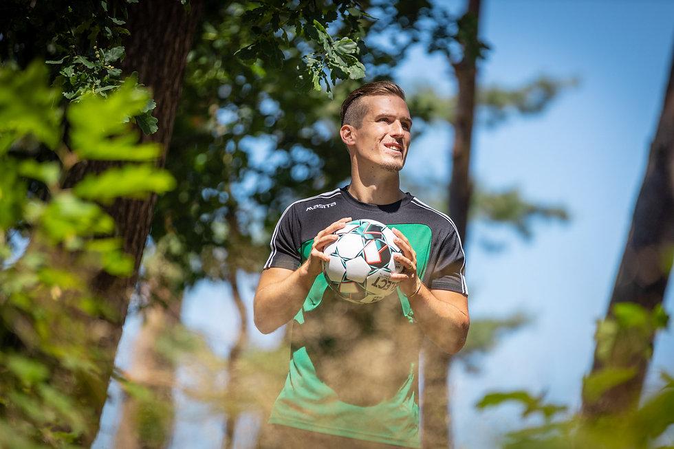 Voetballer Stijn Wuytens van Lommel SK poseert voor de foto en en houdt een bal vast.