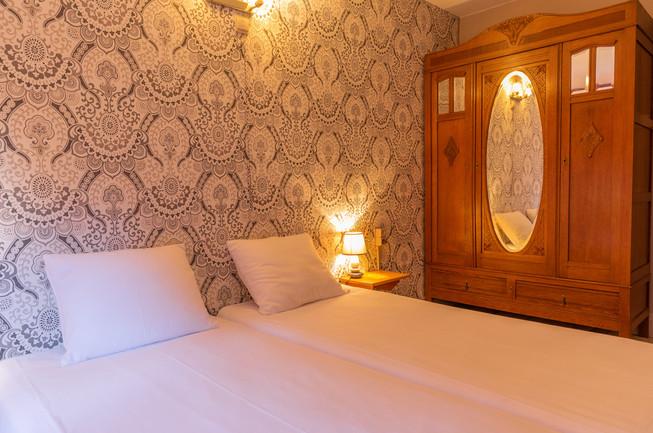 Gezellige hotelkamer in de Ardennen met antieke kast bij Beau Site