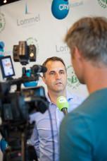 Ronny Van Geneugdenv voor de camera van Tv Limburg