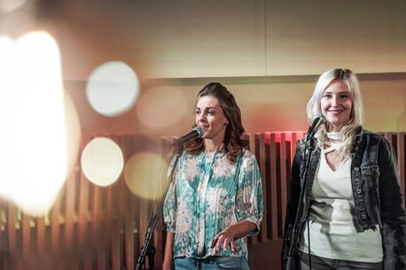 Kelly en Ine van Top Pops in de studio van Radio2 Limburg.