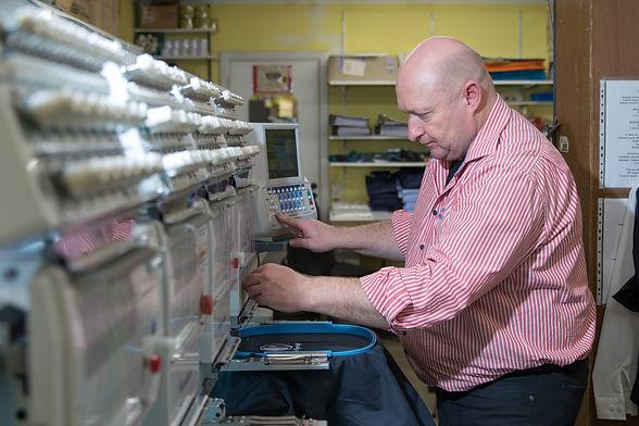Freddy Kaps in zijn atelier van Kaps Borduurwerken in Tongeren