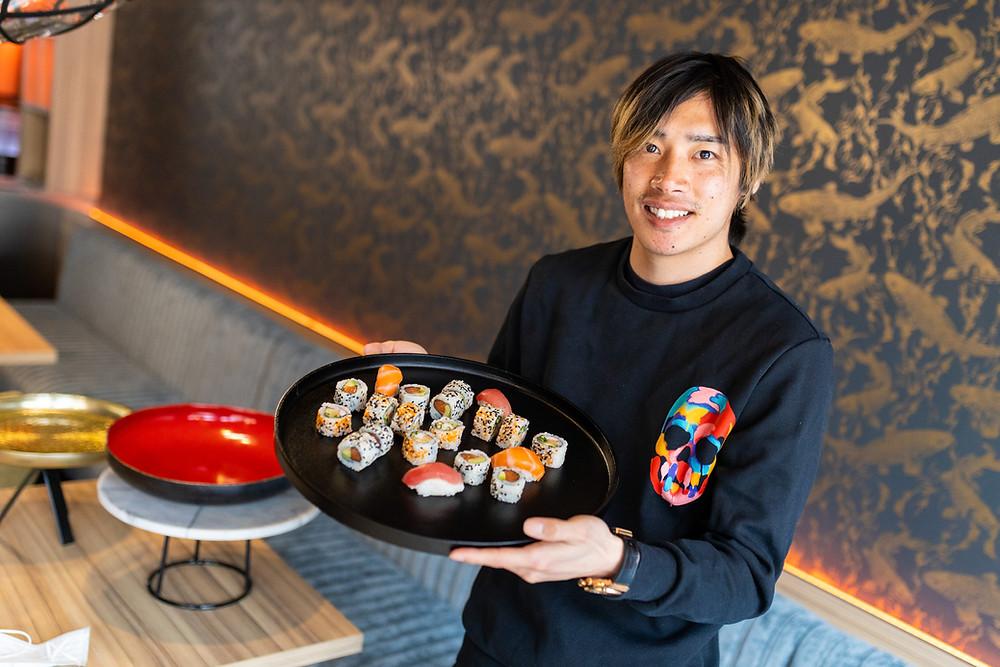 Junya Ito van KRC Genk met de 'Ito-special' van Esaki Sushi Genk