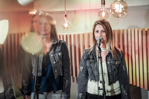 Kim en Teresa van Top Pops in de studio van Radio2 Limburg.