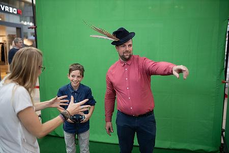 Jongen en man voor de green screen fotobooth