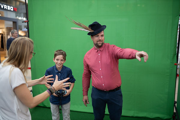 Jongen en man voor de green screen fotobooth