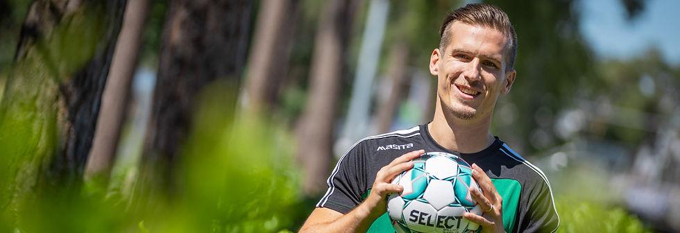Voetballer Stijn Wuytens van Lommel SK houdt de bal vast.
