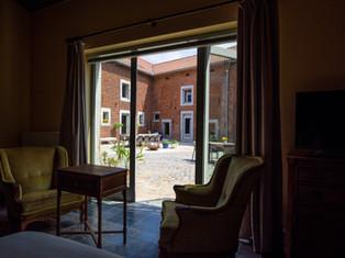 Uitzicht vanuit de kamer op de binnenkoer