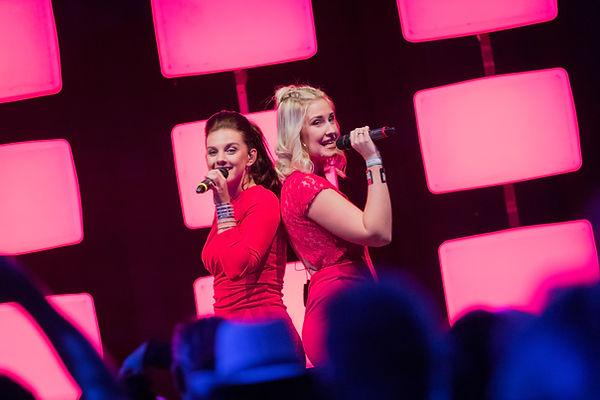Zangeressen Teresa en Ine van de Vlaamse meidengroep Top Pops