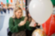 Twee meisjes maken een foto van hun uitgeprinte foto van de green screen photobooth van Meerskat