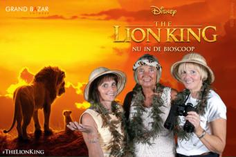 Drie vrouwen voor een green screen photobooth achtergrond van The Lion King